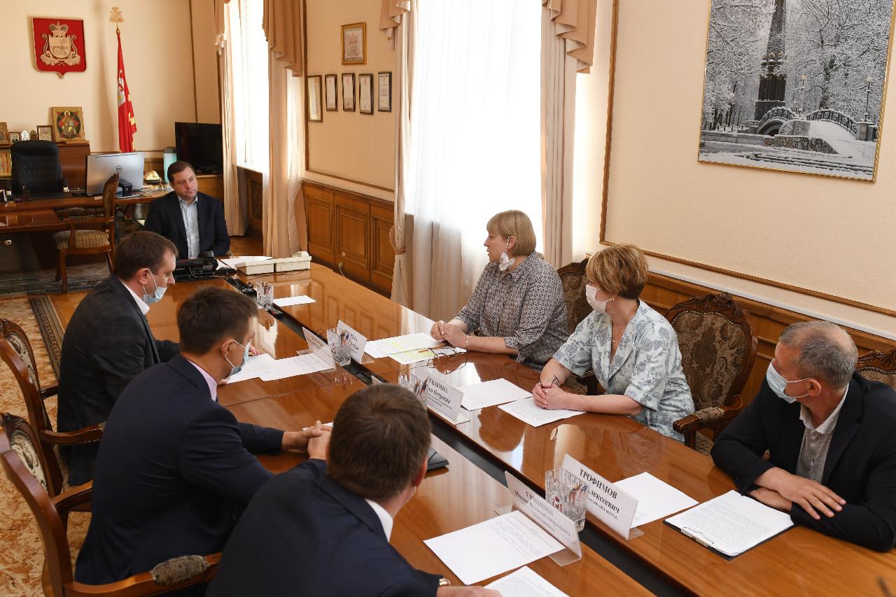 В Смоленске обсудили ход строительства школы в микрорайоне Соловьиная роща