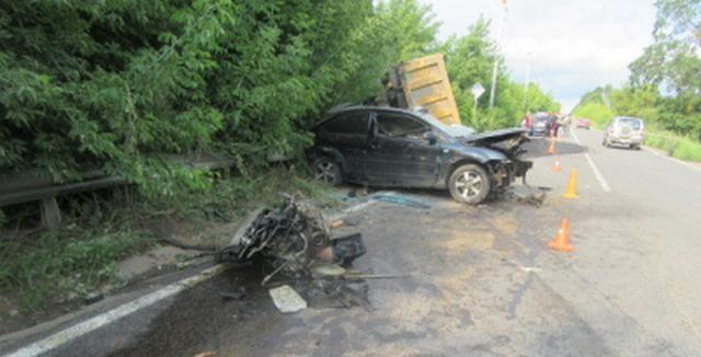 В Смоленске «Ford Focus» столкнулся с грузовиком