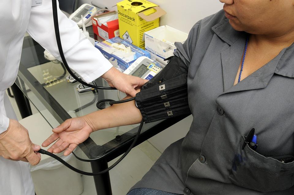 Заведующая районной больницы оформляла смолянам липовые медосмотры