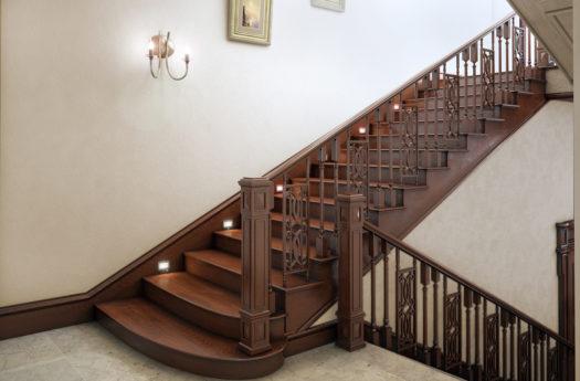 Какой материал лучше выбрать для деревянной лестницы?