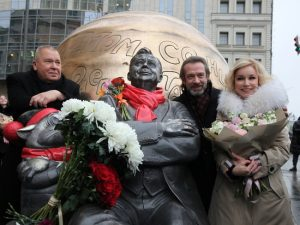 Машков, Зудина, Безруков, Миронов открыли скульптурную композицию памяти Табакова