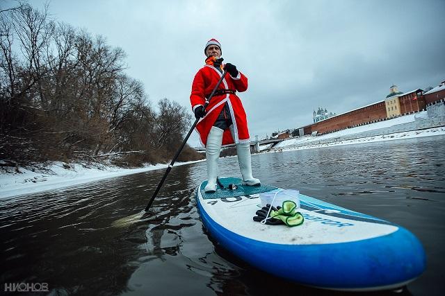 В Смоленске Дед Мороз прокатился на доске по Днепру