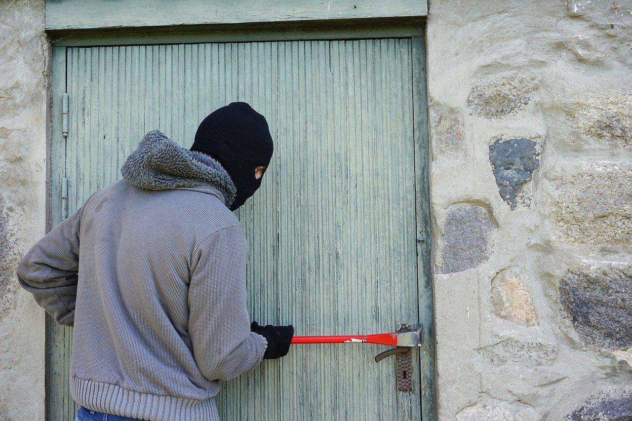 В Вязьме мужчина украл у бывшей жены имущество на пять тысяч рублей