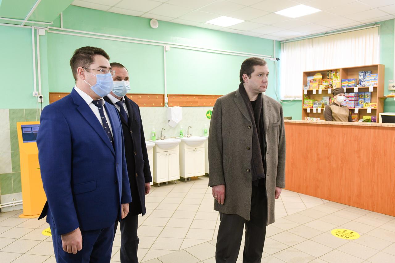 Алексей Островский оценил модернизацию Гимназии №4 в Смоленске