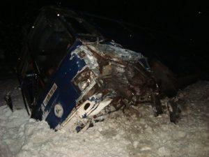 В Вяземском районе грузовой автомобиль столкнулся с дорожным ограждением