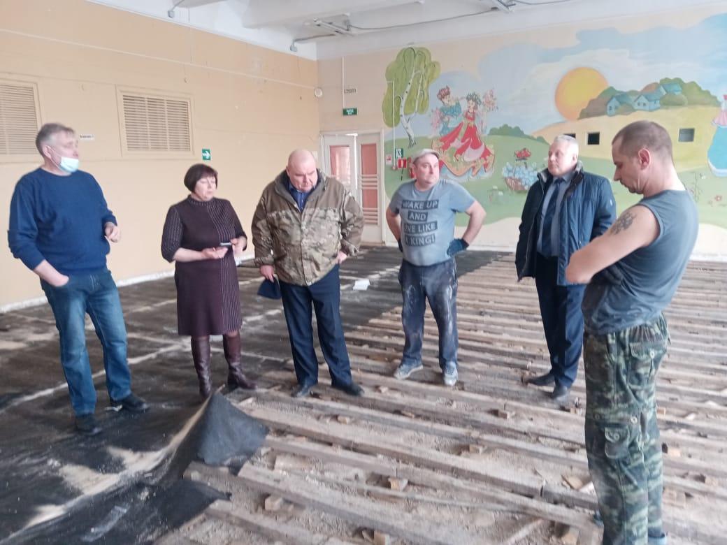 В Кардымовской средней школе ремонтируют актовый зал