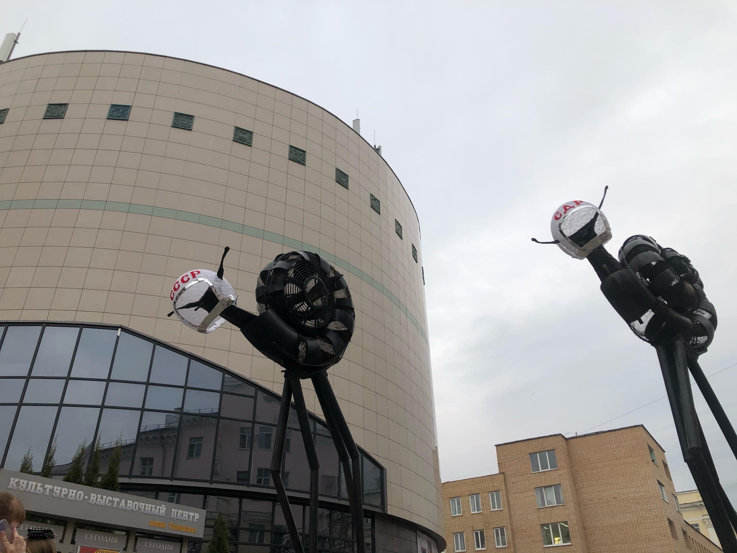 В Смоленске «Улитки Сальвадора Дали» «примерили» шлемы космонавтов