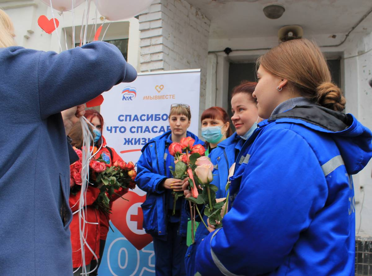 Смоленские единороссы поздравили коллектив скорой помощи с профессиональным праздником