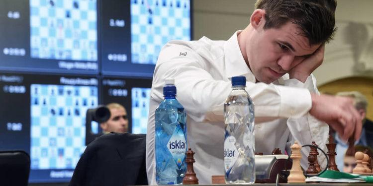 Чемпион мира по шахматам выиграл онлайн-турнир после серии провалов
