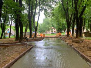 В Смоленске продолжается реконструкция сквера за кинотеатром «Октябрь»