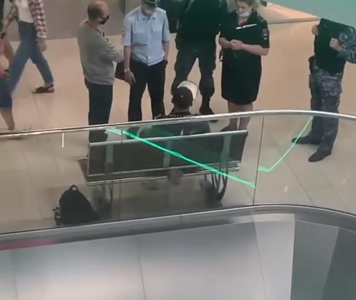 В смоленском ТРЦ задержали парня с ножом