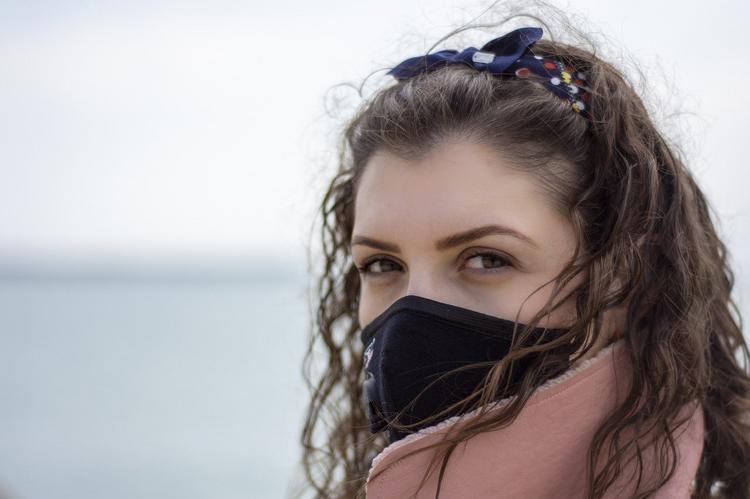 Почему авиакомпании одна за другой запрещают носить на борту тканевые защитные маски?