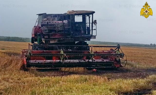 В Краснинском районе во время работы в поле загорелся комбайн