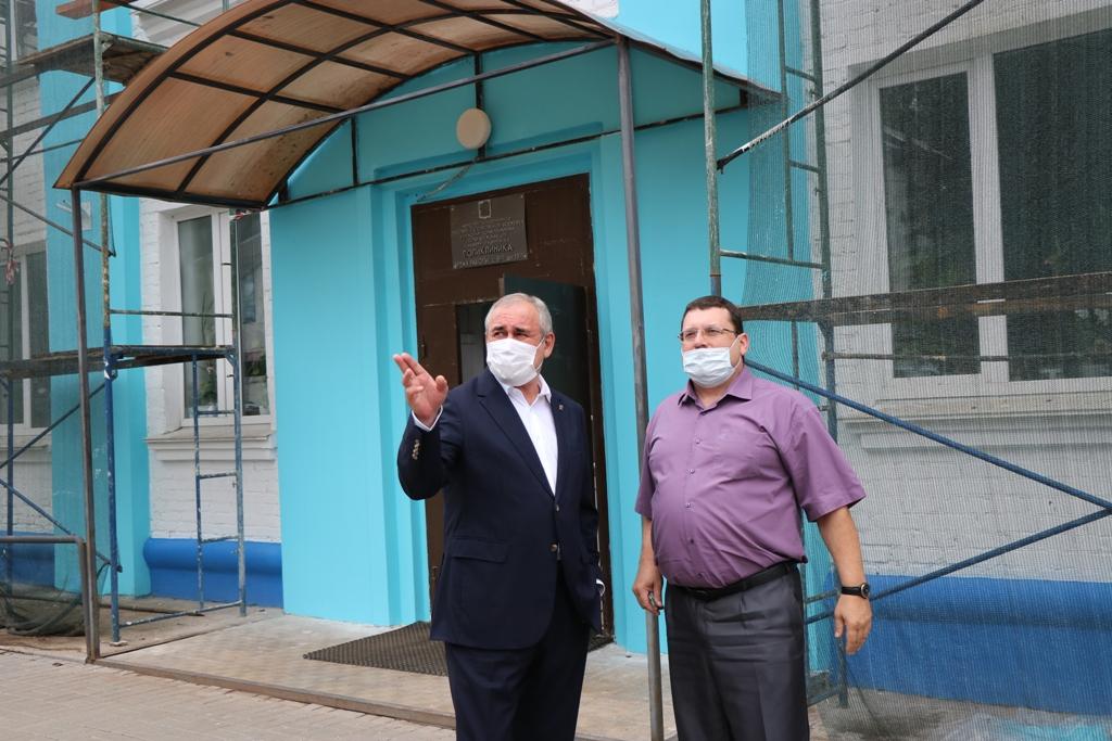 Депутат Госдумы Сергей Неверов посетил ремонтирующуюся поликлинику в Дорогобуже